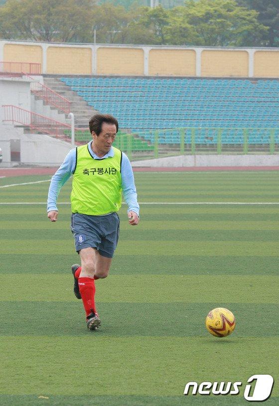 [사진]조기축구하는 정몽준 예비후보