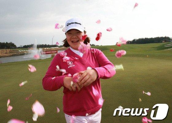 [사진]이민영 '꽃가루 속 승리의 미소'