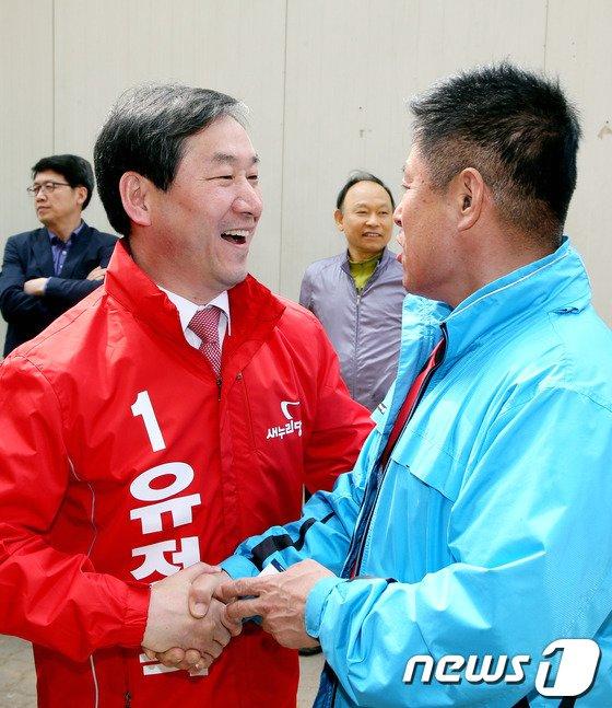 [사진]대의원들과 인사 나누는 유정복