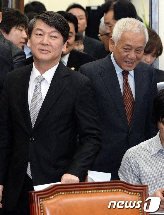 [사진]최고위원회의 입장하는 김한길-안철수