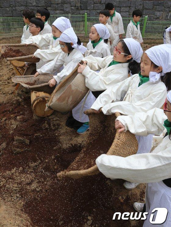 [사진]어린 농부들의 거름내기 체험