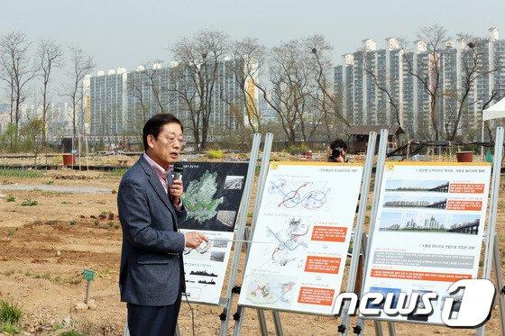 [사진]정책공약 발표하는 김황식 예비후보