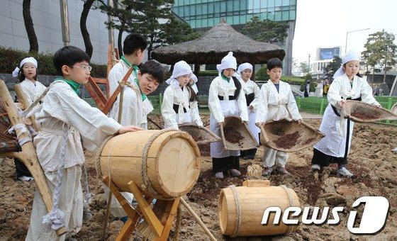 [사진]'거름내기로 농사준비 합니다'