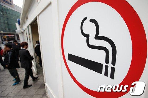 서울역 흡연구역에서 사람들이 담배를 피우고 있다. /뉴스1 © News1 유승관 기자