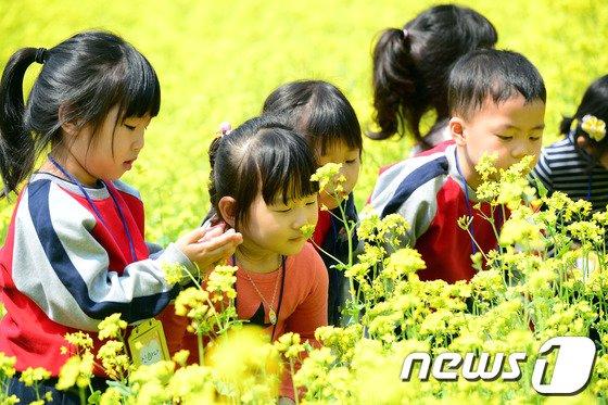 [사진]달콤한 향기 맡는 아이들