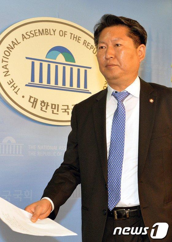 [사진]기자회견 마친 정청래 의원