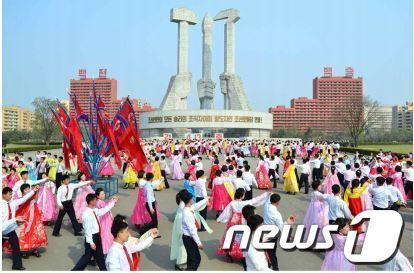 [사진]北 김정은 추대 2주년 청년학생 무도회