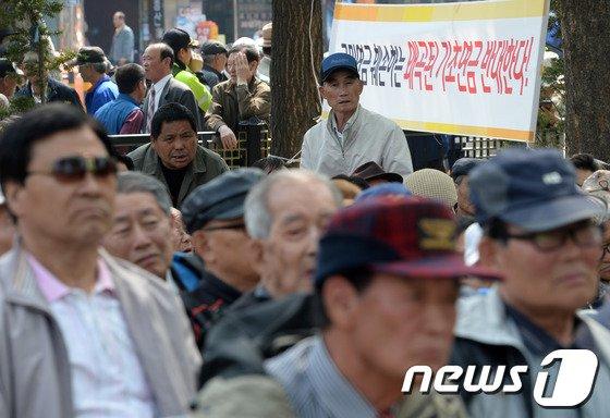 [사진]정치권 기초연금 논란, 거리로 나온 노인들