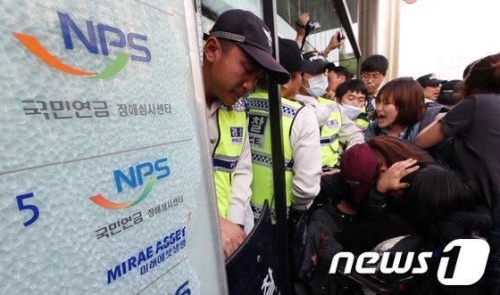 [사진]경찰과 충돌하는 장애인들