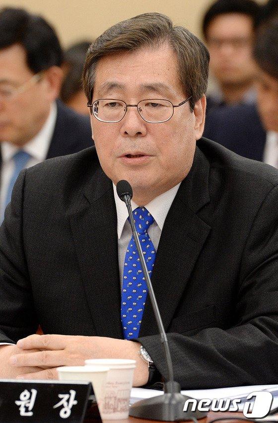 [사진]의원들 질의에 답하는 황찬현 감사원장