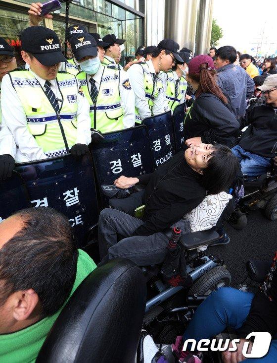 [사진]'장애등급제 폐지하라!'