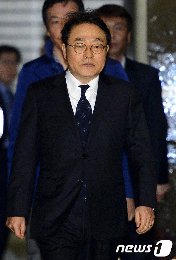 [사진]신헌 롯데쇼핑 대표, 검찰 소환 조사 후 20시간 만에 귀가