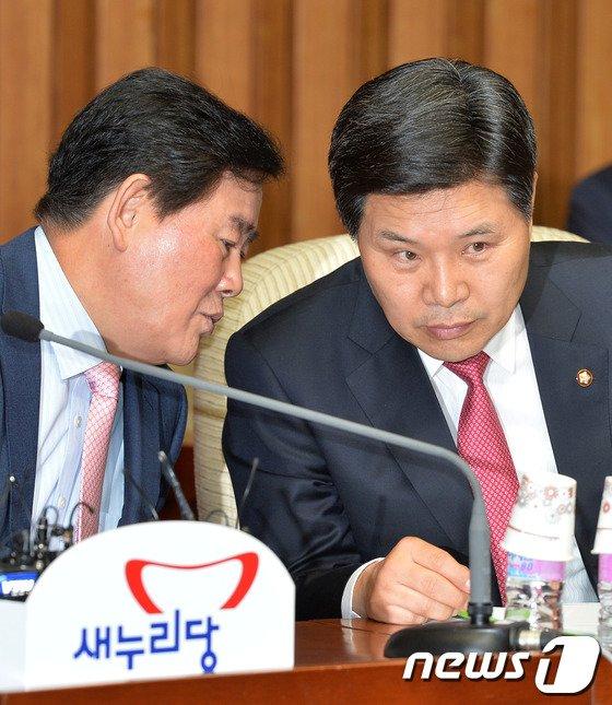 [사진]최경환-홍문종 '긴밀한 대화?'