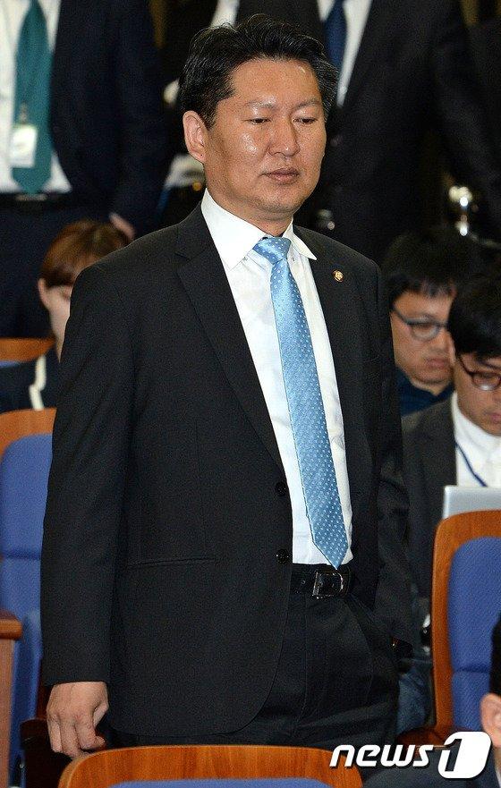 [사진]의원총회 참석하는 정청래 의원