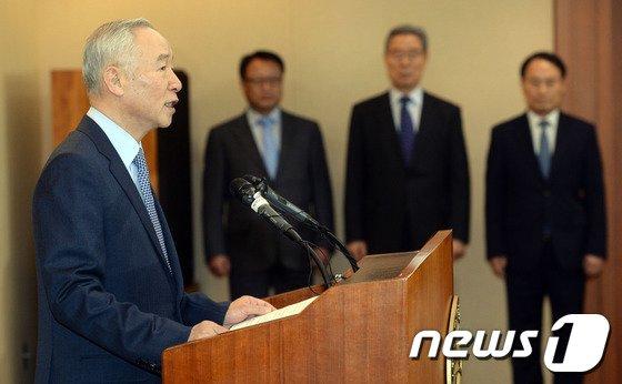 [사진]남재준 국정원장 '증거조작' 대국민 사과