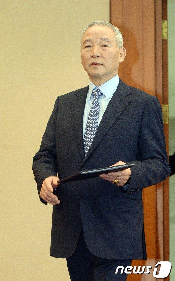 [사진]대국민 사과문 든 남재준 국정원장