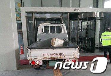 [사진]1톤트럭 세종청사 돌진, '왜?'