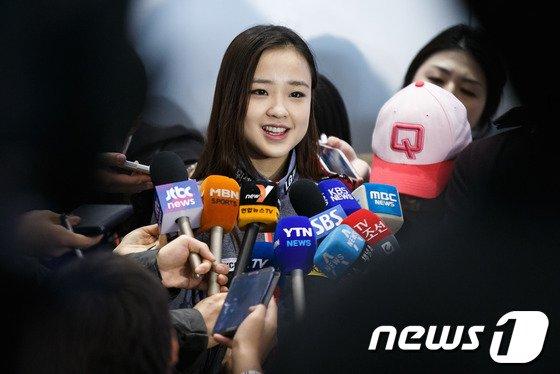 [사진]인터뷰하는 손연재 '싱글벙글'
