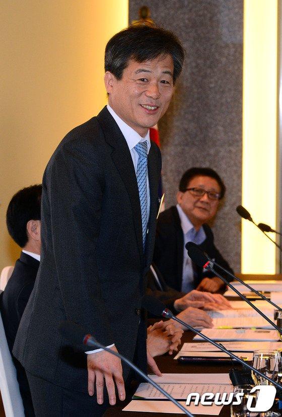 [사진]이인복 위원장, 지방선거 자문위원회의 주재