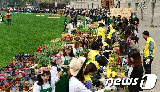 [사진]'환경보호 꽃화분 받아가세요'