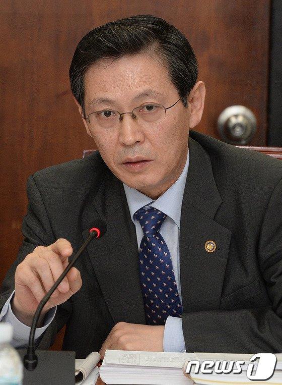 [사진]의원들 질의에 답하는 김경식 차관