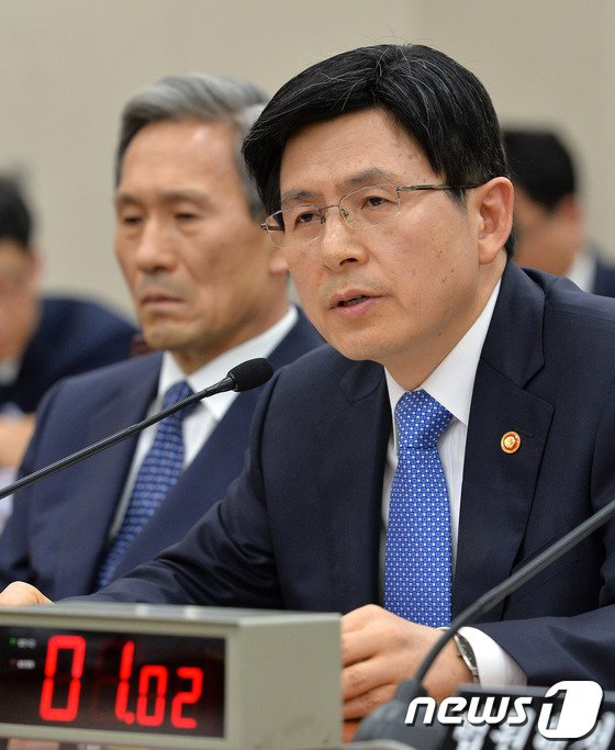 [사진]의원 질의에 답하는 황교안 장관