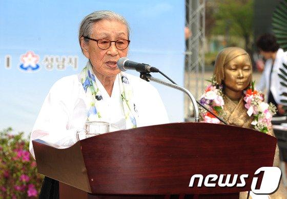 [사진]평화의소녀상 기념사 하는 김복동 할머니