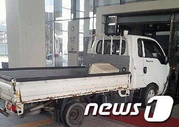 [사진]세종청사 출입구 충돌한 1톤 트럭