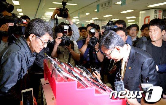 [사진]고개숙여 인사하는 최성준 방통위원장