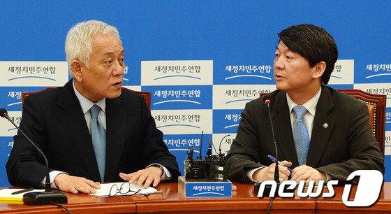 [사진]김한길-안철수, 고위전략회의 대화