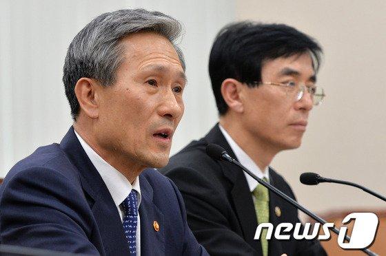 """[사진]김관진 """"무인기 도발 北, 심리전 중"""""""
