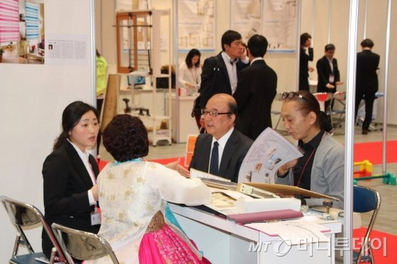 '2014 도쿄 한국상품전시·상담회'에서 한 일본인 바이어들이 한국 중소기업의 제품을 살펴보고 있다. 이 행사는 일본 도쿄 치요다구에 위치한 '도쿄국제포럼'에서 15일부터 이틀 동안 열렸다. /사진제공=한국무역협회