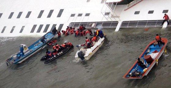 16일 진도 인근 해상에서 침몰한 여객선에서 구조대원들이 구조작업을 벌이고 있다. /사진=서해지방해양경찰청 제공