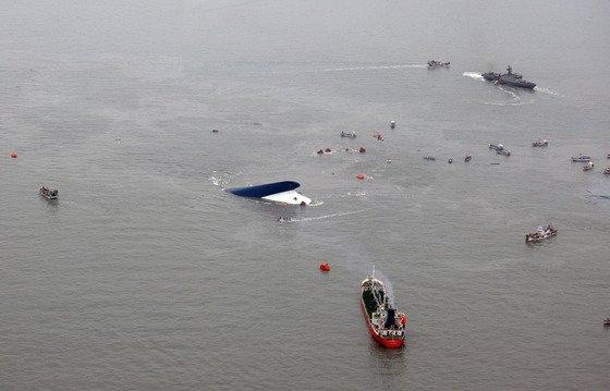 16일 진도 인근 해상에서 침몰한 여객선을 헬기에서 내려다 본 모습 /사진=해군 제공