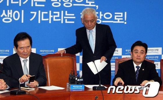 [사진]김한길 '믿을 수 없는 일이...'