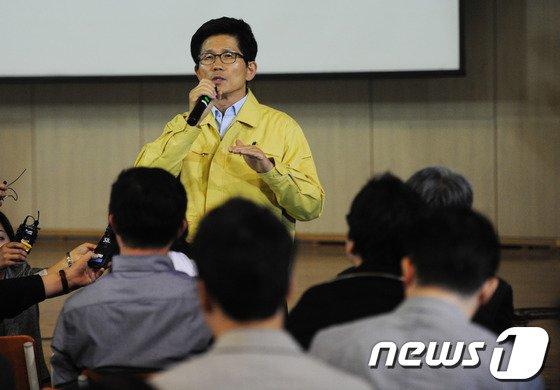 [사진]김문수 '진도 여객선 사고 학부모 위로'