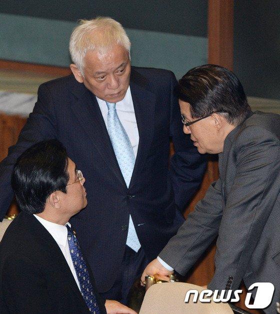 [사진]김한길-전병헌과 대화 나누는 박지원