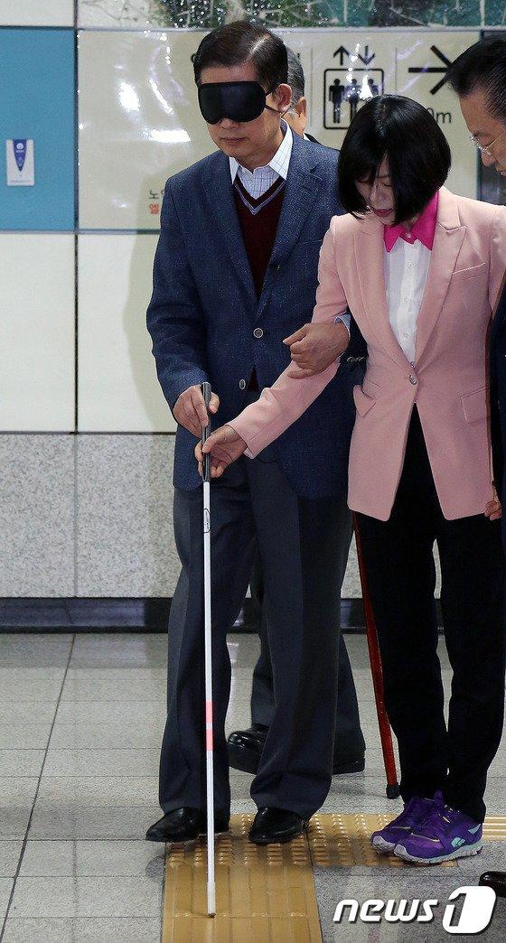 [사진]시각장애 체험하는 김황식 예비후보