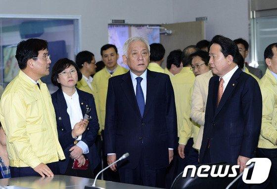 """[사진]김한길 """"진도 세월호 침몰, 비통하고 참담해"""""""