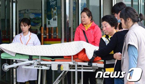 [사진]진도 세월호 침몰, 병원으로 후송되는 학부모