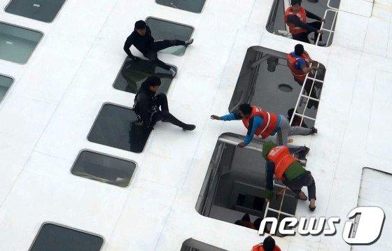 [사진]진도 여객선 침몰…구조 기다리는 애타는 탑승자