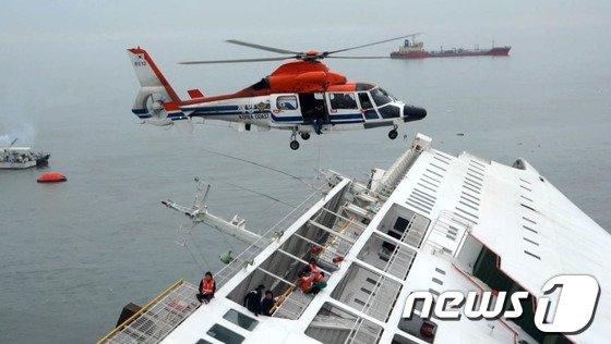 [사진]진도 여객선 침몰…헬기로 생존자 구조