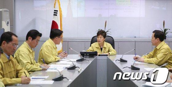 [사진]朴 대통령, 진도해상 침몰 여객선 사고 상황 점검