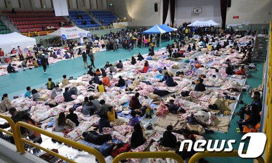 진도 해안 여객선 침몰 사고 실종자 가족들이 17일 새벽 전남 진도 실내체육관에서 가족들의 무사 소식을 기다리며 뜬눈으로 밤을 지새고 있다. © News1 김태성 기자