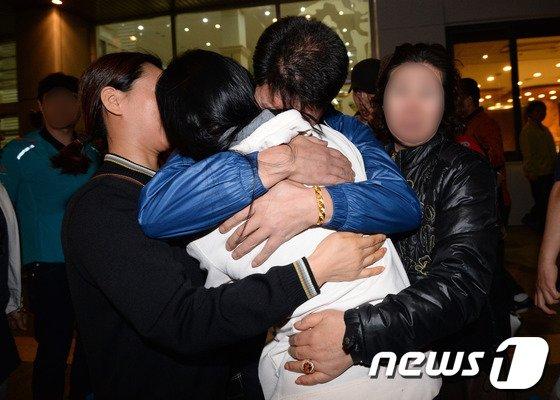 진도 여객선 침몰 사고에서 구조된 안산단원고등학교 학생이 16일 오후 경기 안산고대병원에서 가족과 재회하고 있다. © News1 박지혜 기자
