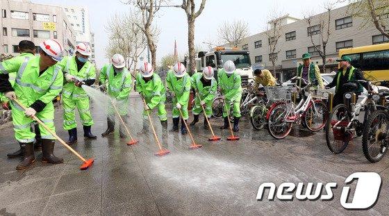 [사진]'시원한 물청소로 봄맞이 준비완료'