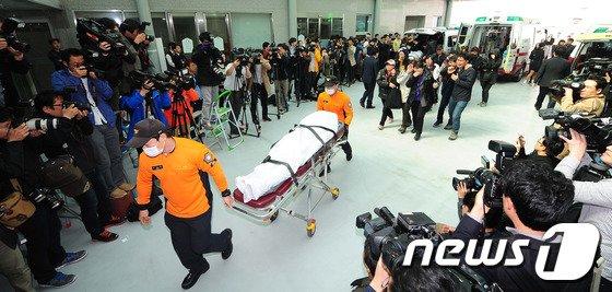 [사진]진도 여객선 사고 시신 '안산고대병원 도착'