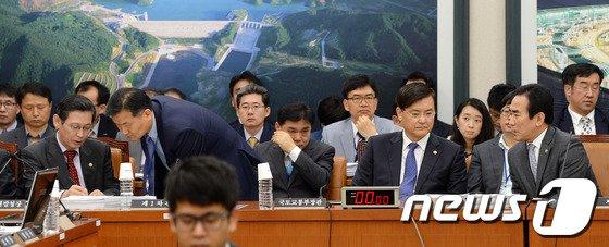 [사진]답변준비로 분주한 국토교통부 장, 차관