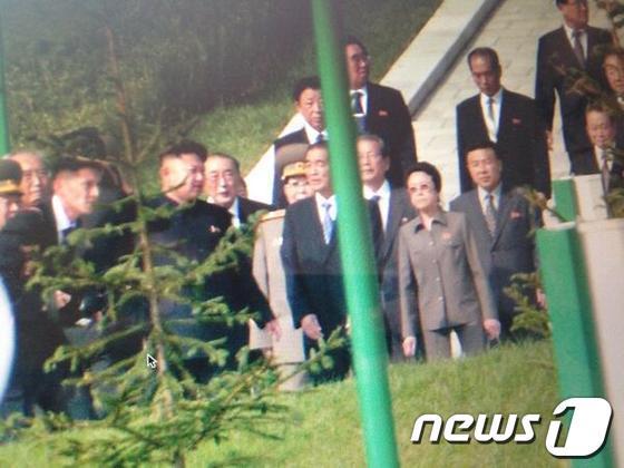 외신이 공개한 지난해 북한 열병식 행사 도중의 김정은 국방위원회 제1위원장의 모습. 옆어 고모 김경희의 모습도 담겼다.(스카이 뉴스 마크 스톤 기자 트위터/@Stone_SkyNews)© News1 서재준 기자