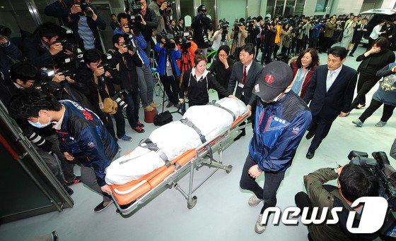 [사진]안산고대병원 도착한 시신 '오열하는 유가족'